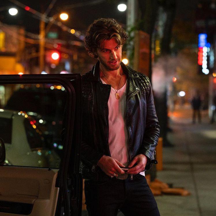 Adam Demos身穿AllSaints經典款Conroy皮衣夾克出場,內搭T...