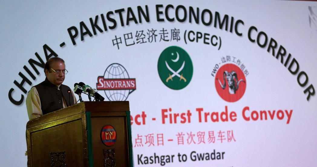 圖為2016年,時任巴基斯坦總理的謝里夫在中巴經濟走廊開幕儀式上演說。 圖/路透...