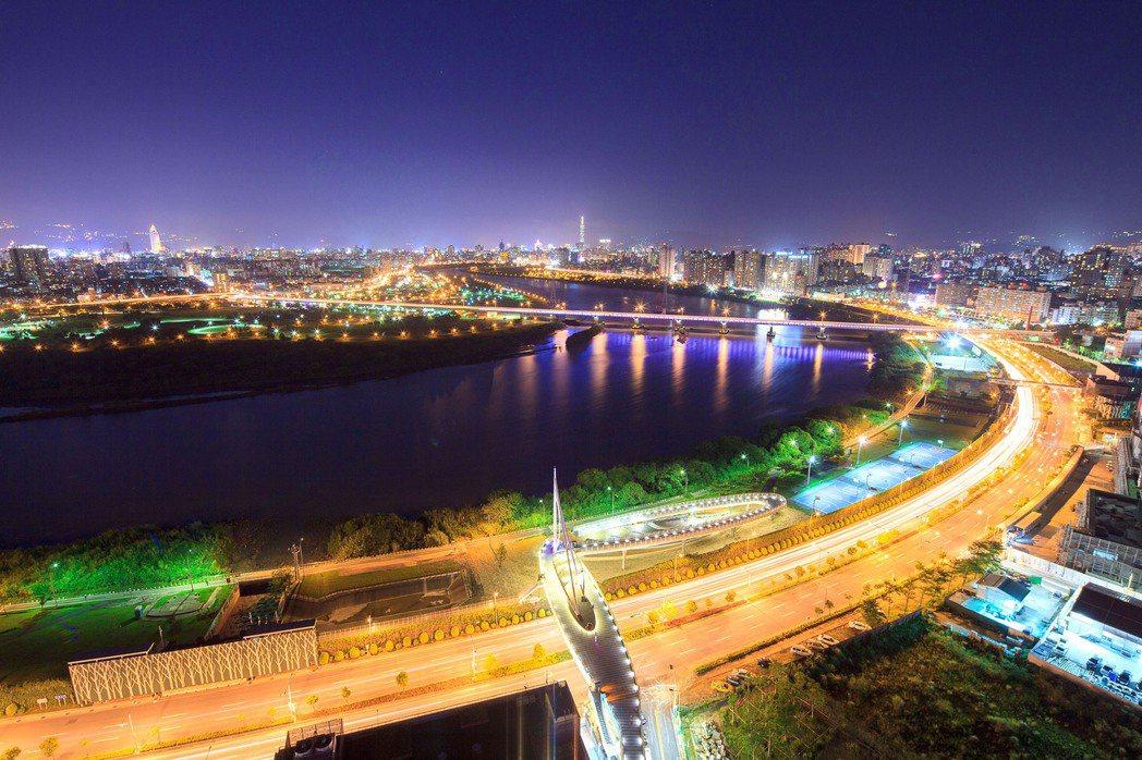 左岸橋夜景。(圖/ 遠雄百富提供)