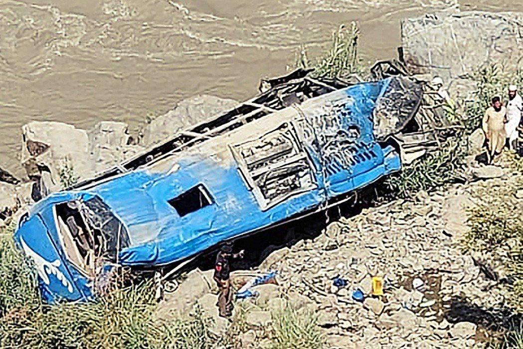 巴基斯坦東北部的開伯爾-普什圖省山區,在14日上午一輛由巴基斯坦軍隊護送,滿載3...