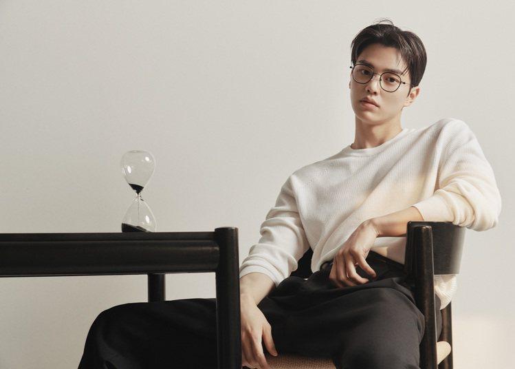 大勢男星宋江代言CARIN形象廣告,眼鏡造型被粉絲認為「有著框不住的性感,帥到窒...