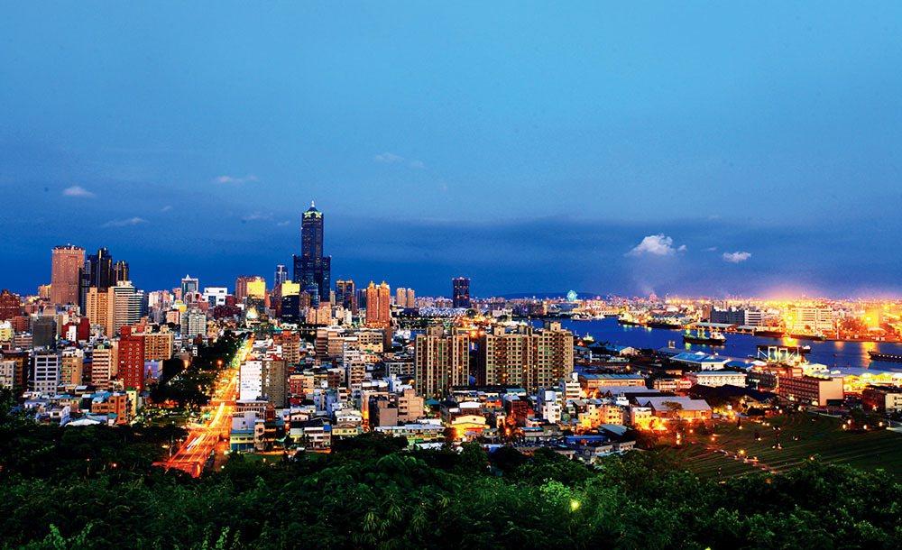 從小港區的大坪頂可俯瞰85大樓、中鋼大樓等高雄地標,夜晚華燈初上更是璀璨動人。 ...