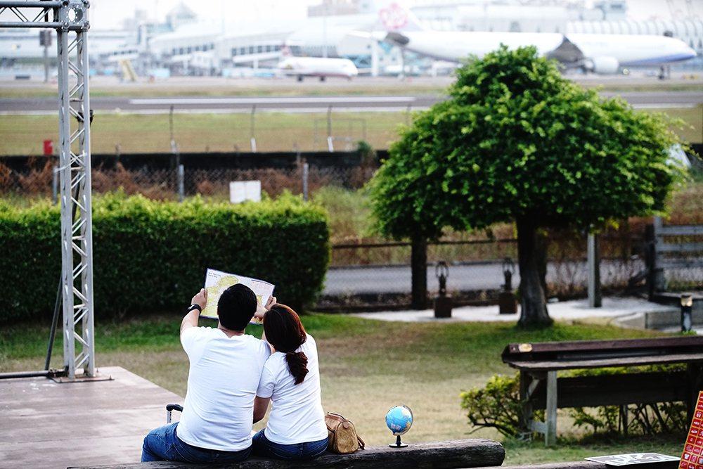在小港機場旁有許多景觀咖啡廳,可以近距離欣賞飛機起降。 圖/曾信耀 攝影