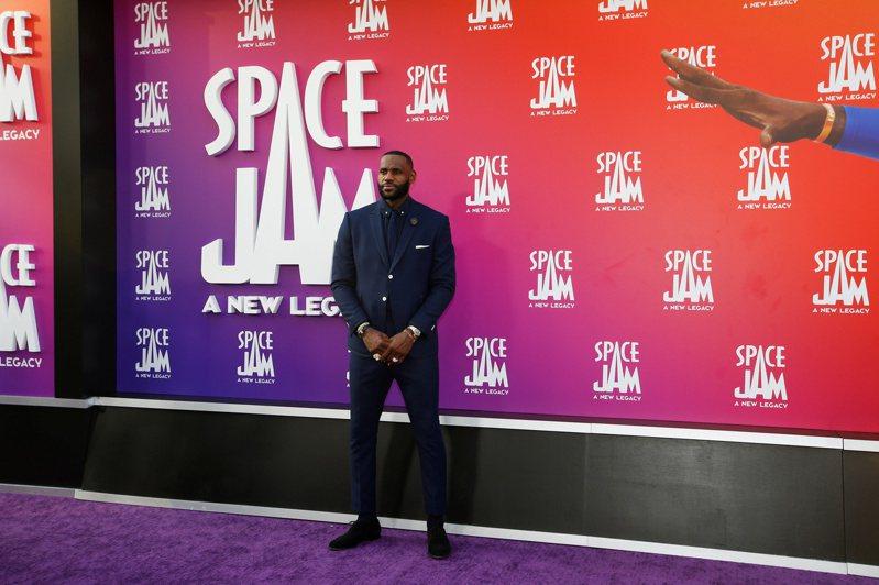 《怪物奇兵:全新世代》日前在洛杉磯舉辦上映典禮,主角詹姆斯(LeBron James)現身走紅地毯。 路透社