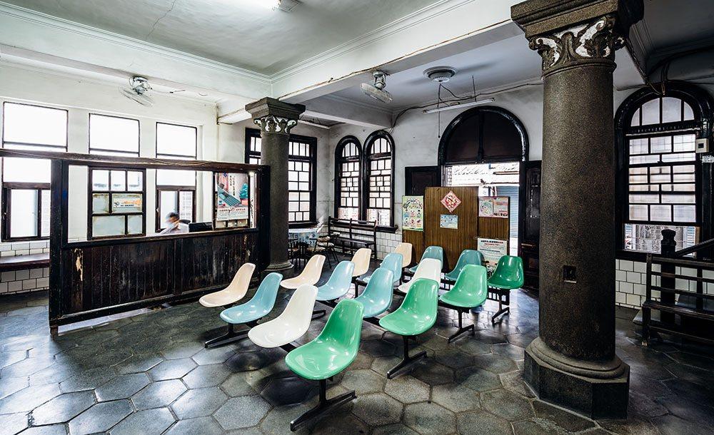 太原診所內部的裝潢仍保留日本時代樣貌,不少設備是從第一代王查某醫師傳承至今。 圖...