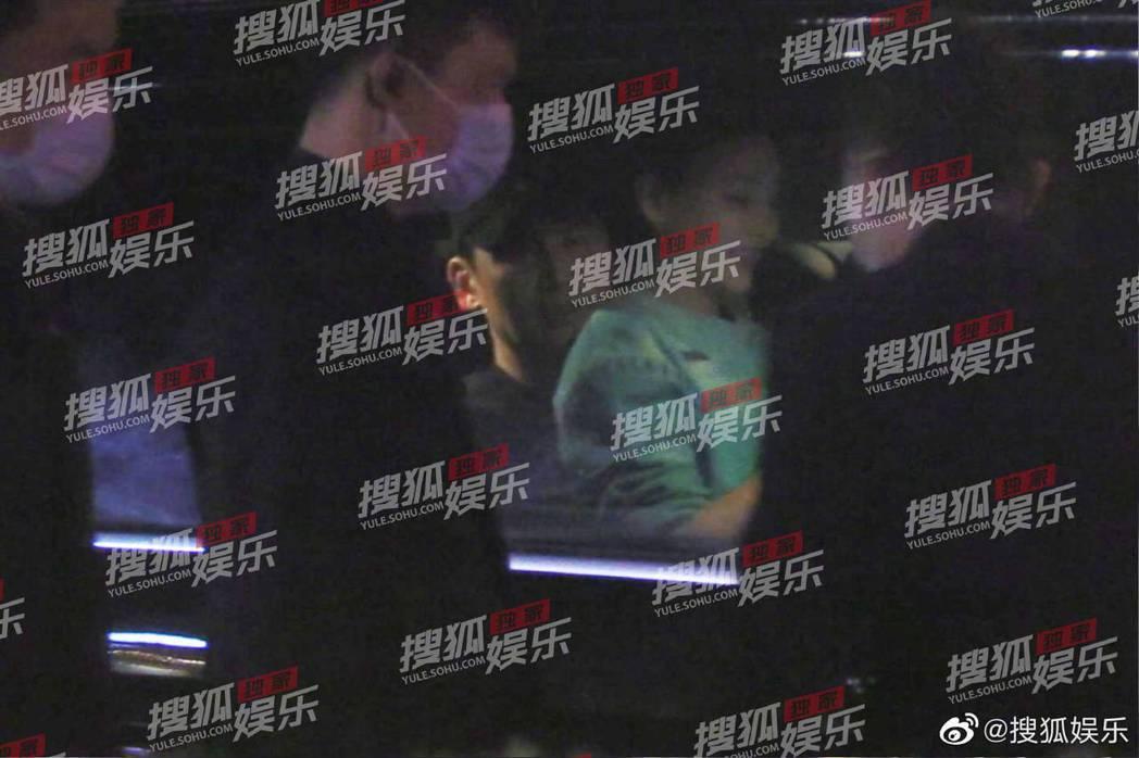 于曉光被拍到在車內讓一名女性坐在腿上。 圖/擷自搜狐娛樂微博