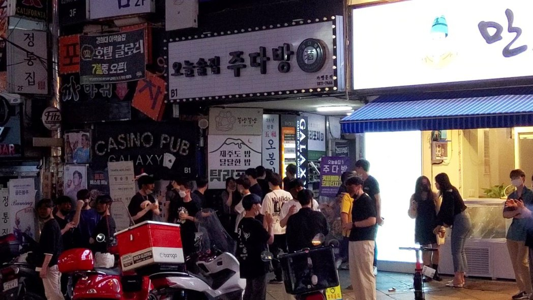 進入第4級防疫前的最後一晚,記者在首爾市鬧區發現,仍有大批年輕人趕在防疫收緊前外...
