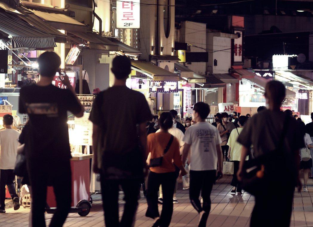 7月6日,在重回最高警戒之前,滿滿人潮的首爾弘大商圈。 圖/歐新社