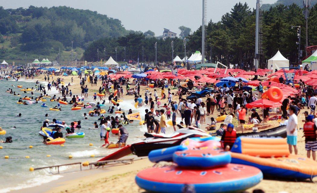 7月10日星期六,第四波疫情爆發前夕,首爾東方210公里的束草海灘,擠滿了滿滿的...