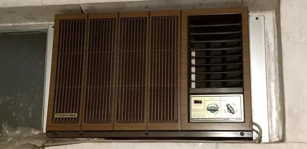 有網友PO出一張古董窗型冷氣的照片,疑惑「不知道吹6到8個小時這代價?」圖/翻攝...