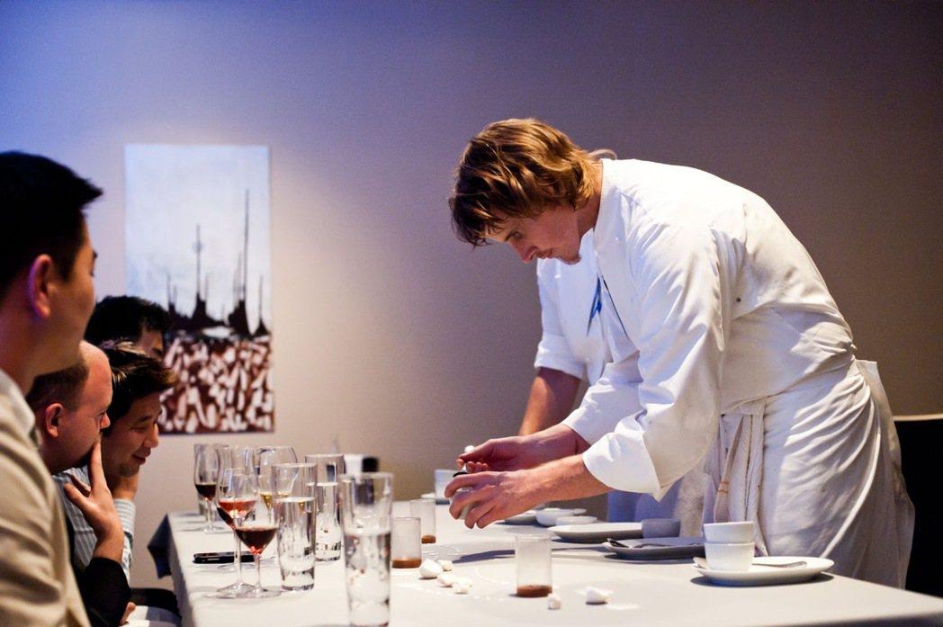 示意圖,美國名廚格蘭特·阿查茲(Grant Achatz)在米其林三星餐廳 Al...