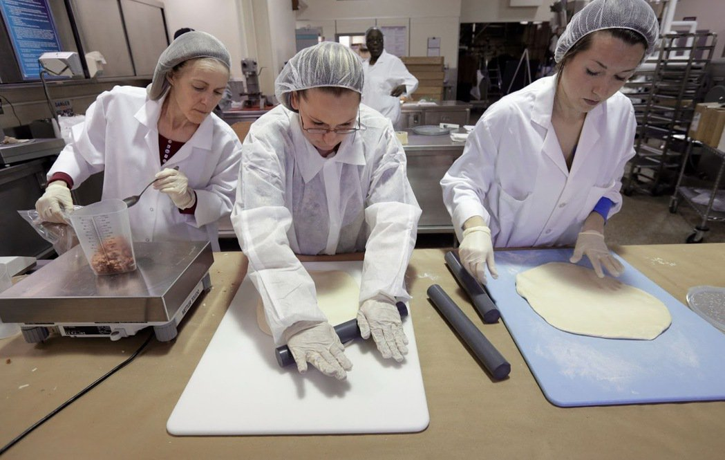 2014年2月6日,幾名食品研究人員在美國陸軍納蒂克士兵研究中心的廚房裡準備製作...