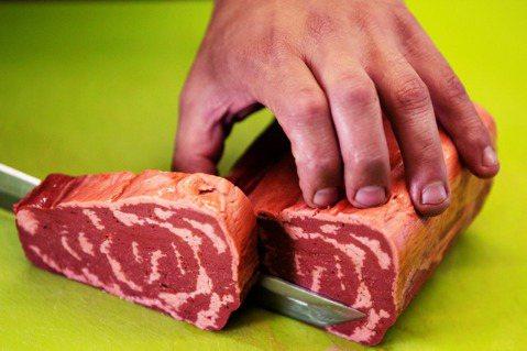 圖為2020年6月29日,一家以色列新創公司 Redefine Meat展示切割...