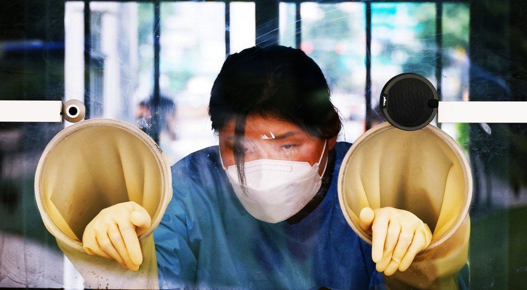 南韓政府緊急踩剎車,調頭轉向最嚴格的第4級。圖為7月15日的首爾PCR篩檢站。 ...