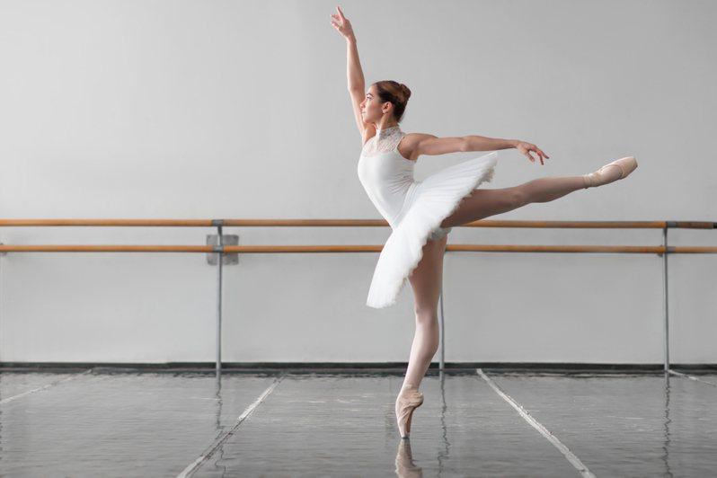 國外瘋傳一段芭蕾舞者「在跑步機上踮腳尖狂奔」的影片,讓許多人看了都忍不住直呼「好痛」。示意圖/ingimage