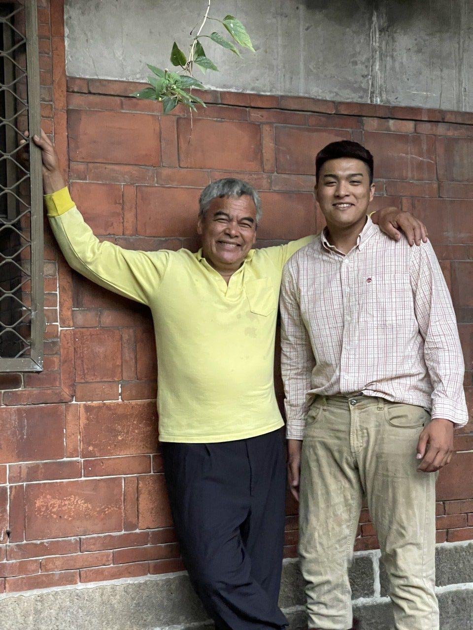 林慶台(左)與兒子林山首次同框入鏡演出MV。圖/拍謝少年提供