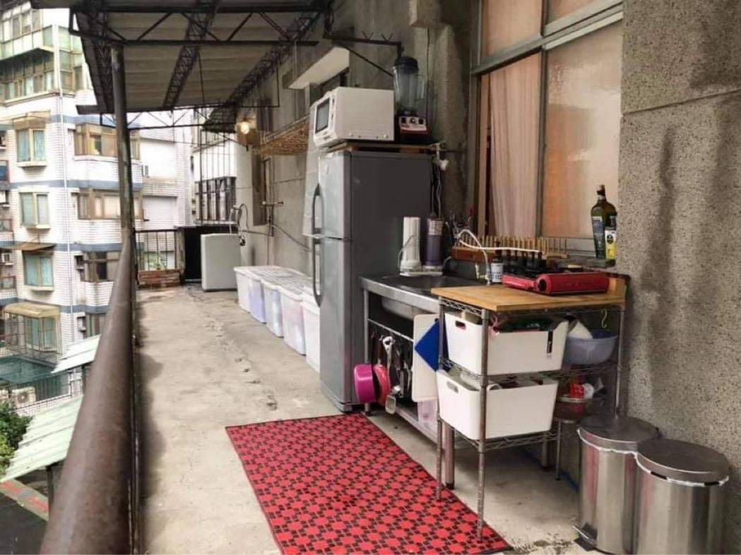 有網友分享自家半露天陽台變成開放式廚房的模樣,讓許多人覺得很新奇。 圖/翻攝自「...