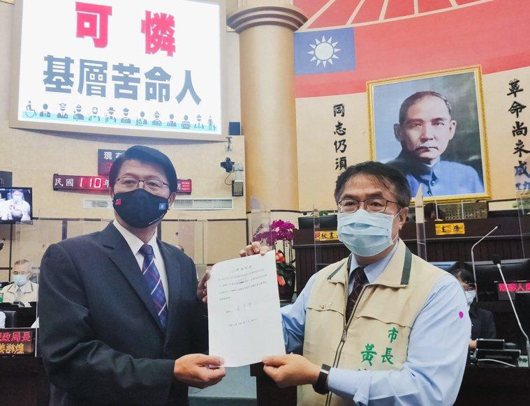 國民黨台南市議員謝龍介(左)建議台南市長黃偉哲(右)向中央提案在短期內發放每人5...