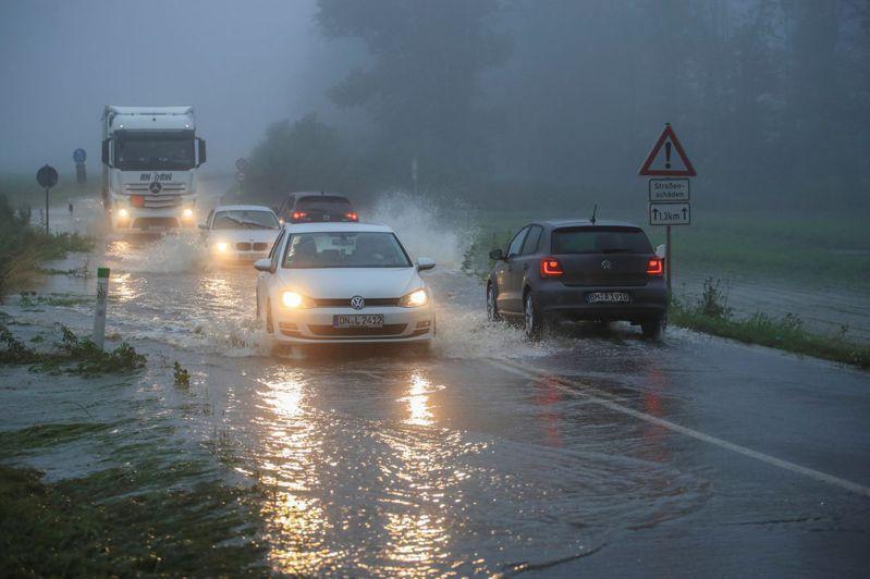 圖為柏林也下起豪雨。路透
