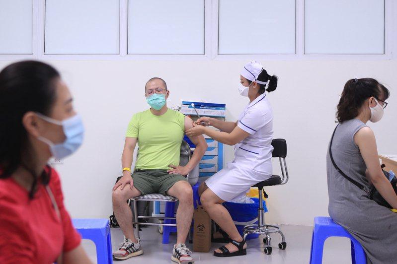 越南今天新增3379例COVID-19本土病例,刷新去年1月疫情爆發以來紀錄,也是首度單日有超過3000人染疫。 美聯社