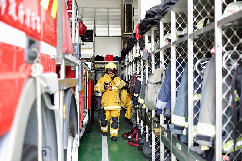 在2014年高雄氣爆中受傷的余泰運副中隊長,對消防工作的熱愛,讓他義無反顧地重回消防崗位上。(攝影/Carter)