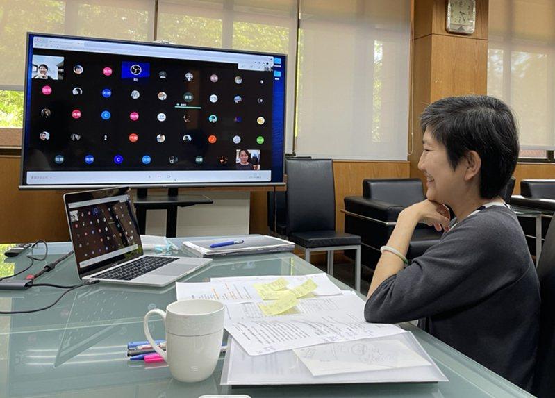 高美館館長李玉玲透過視訊會議獻上得獎祝福,並邀請得獎者與大眾分享創作心路歷程。(圖片提供/高雄市立美術館)