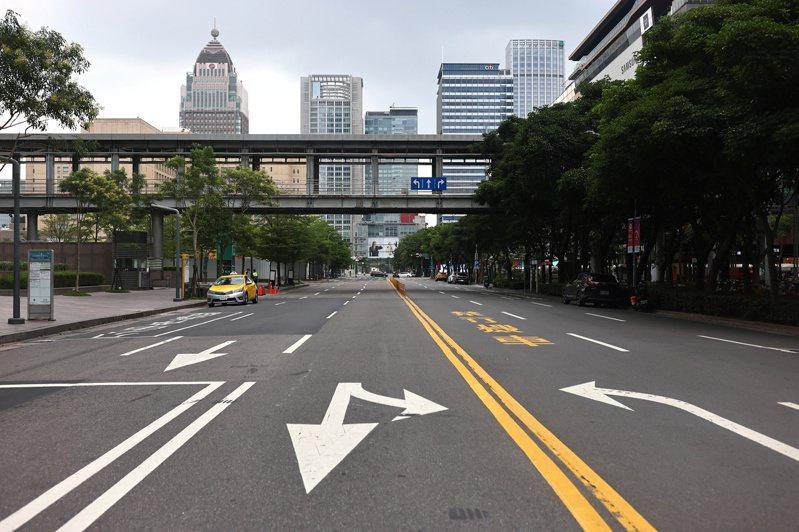 因三級警戒,台北市信義商圈5月23日時街道空空蕩蕩。路透