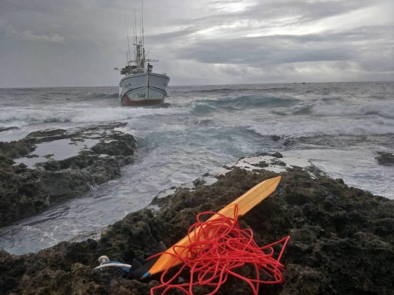屏東琉球籍漁 船「清進成」清晨在鵝鑾鼻南方約0.77浬處擱淺,距岸礁甚近,海巡艇pp-3550到場戒護中,並協調友船前往拖離。圖/琉球區漁會提供
