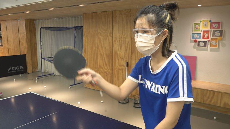 北市桌球館微解封,教練全程戴上護目鏡和口罩上課。記者游昌樺/攝影