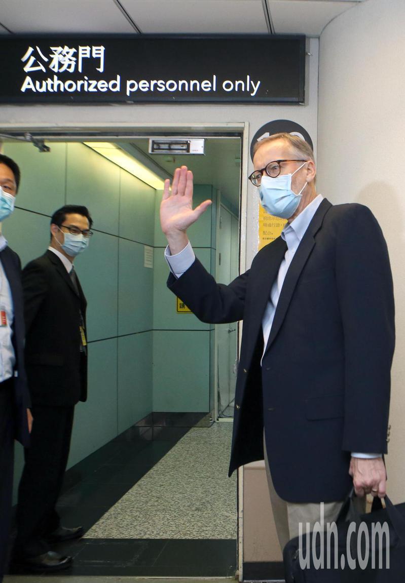 美國在台協會(AIT)台北辦事處處長酈英傑(右)上午正式離台,進入公務門前還揮手說,後會有期。記者鄭超文/攝影