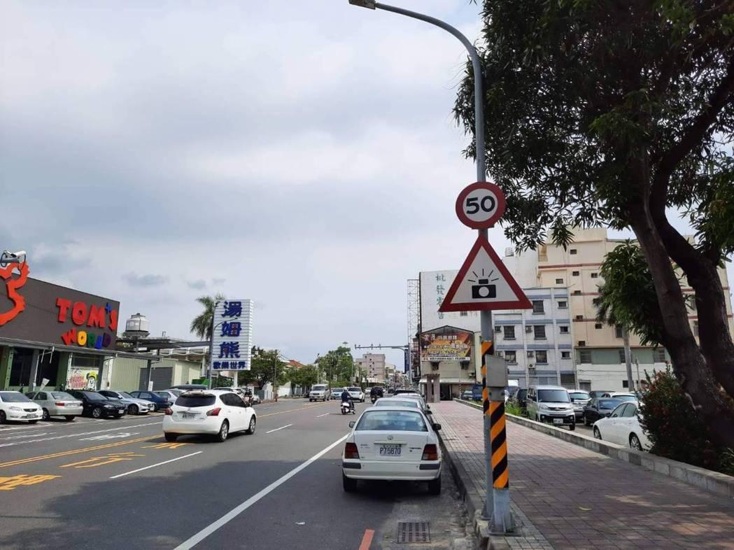 台南市警六分局指出,配合易肇事、超速路段規劃移動式測照勤務,採不定時、不定點方式...