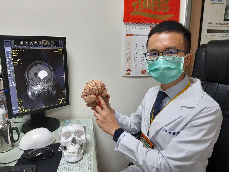 曾威傑醫師表示顱咽管瘤多位於顱底,手術時必須特別留意,才不致影響其他重要結構。圖/大千綜合醫院提供