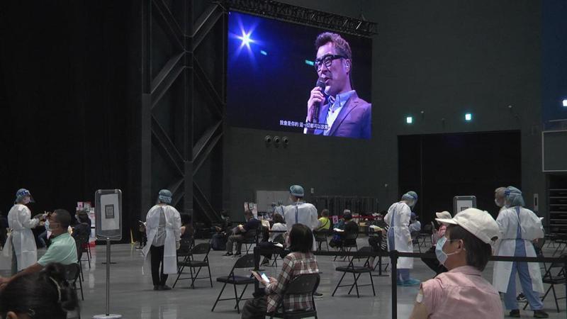 高雄流行音樂中心今天變身大型接種站,現場播放李宗盛演唱會實況,讓大家一飽耳福,圖/高雄市政府提供