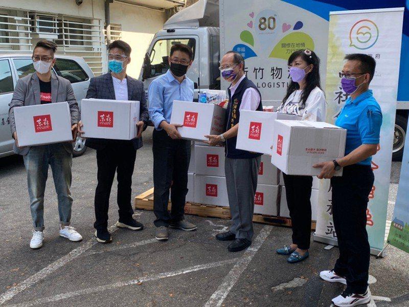 東森全球公司捐贈物資,1200箱乾糧防疫物資,提供社會局及民間街友協力單位。圖/台中市社會局提供