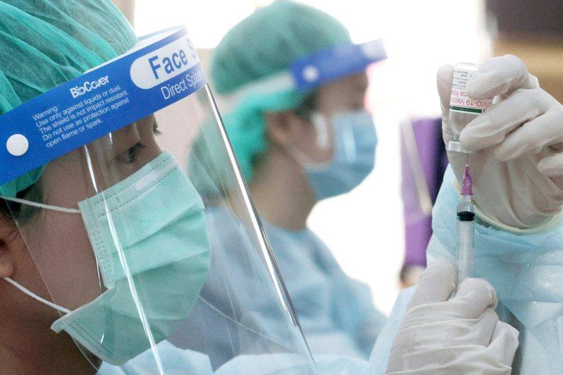 國民黨立委賴士葆推估,目前政府採購AZ與莫德納疫苗,經費合計約在10億元左右。圖為醫護人員準備AZ疫苗接種工作。圖/聯合報系資料照片
