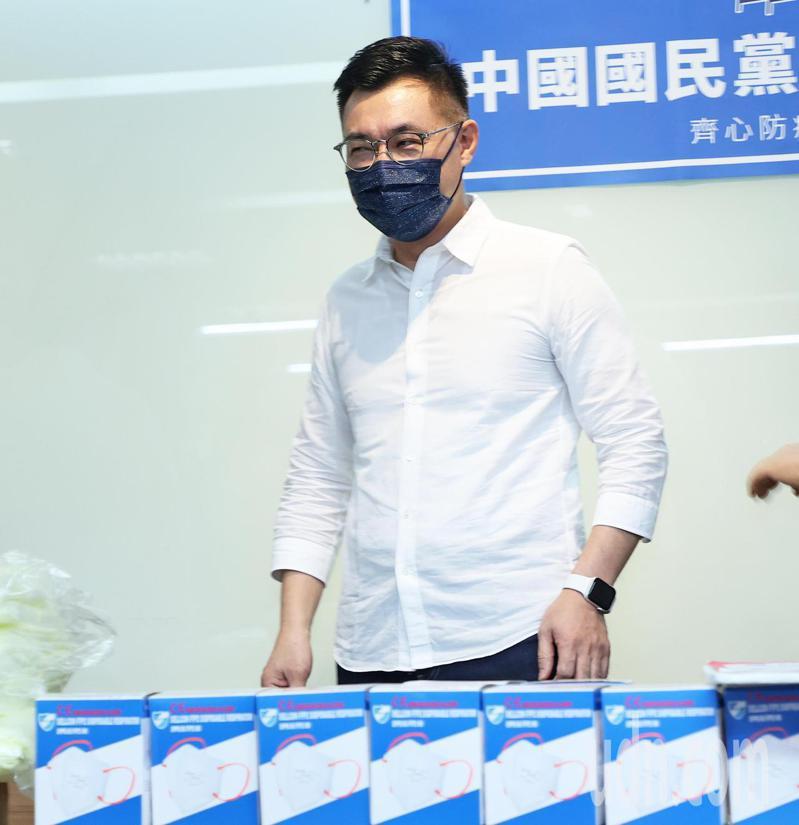 國民黨主席江啟臣今天送防疫物資給新北市雙和醫院,對於中央在防疫上處處指責國民黨頗有微詞。記者潘俊宏/攝影