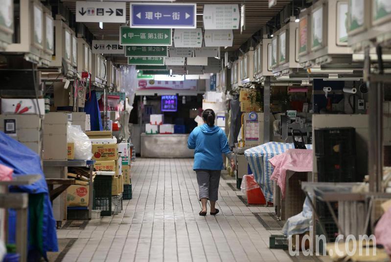 台北市環南市場今天針對漁產、獸肉區以及自治會等三個熱區,約1900人進行第三次PCR篩檢,市場也因此休市一天。記者胡經周/攝影