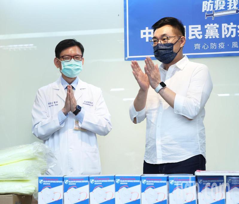 國民黨主席江啟臣(右)今天捐贈防護衣與N95口罩等防疫物資給雙和醫院,由副院長劉燦宏(左)代表接受。記者潘俊宏/攝影