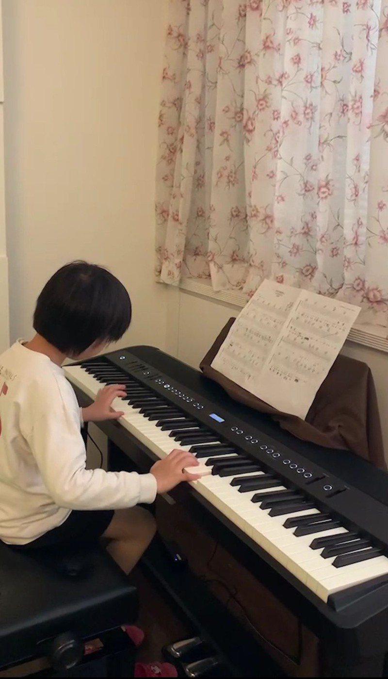 新住民子女陳昕妤以第7屆築夢計畫獎金,一圓購買電子鋼琴的夢想。圖/移民署宜蘭縣服務站提供