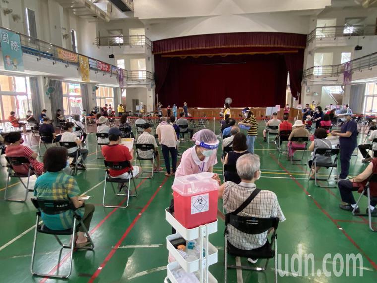 台中市南屯惠文國小快打站今天開放67歲長者到快打站接種莫德納疫苗,打氣不減。記者...