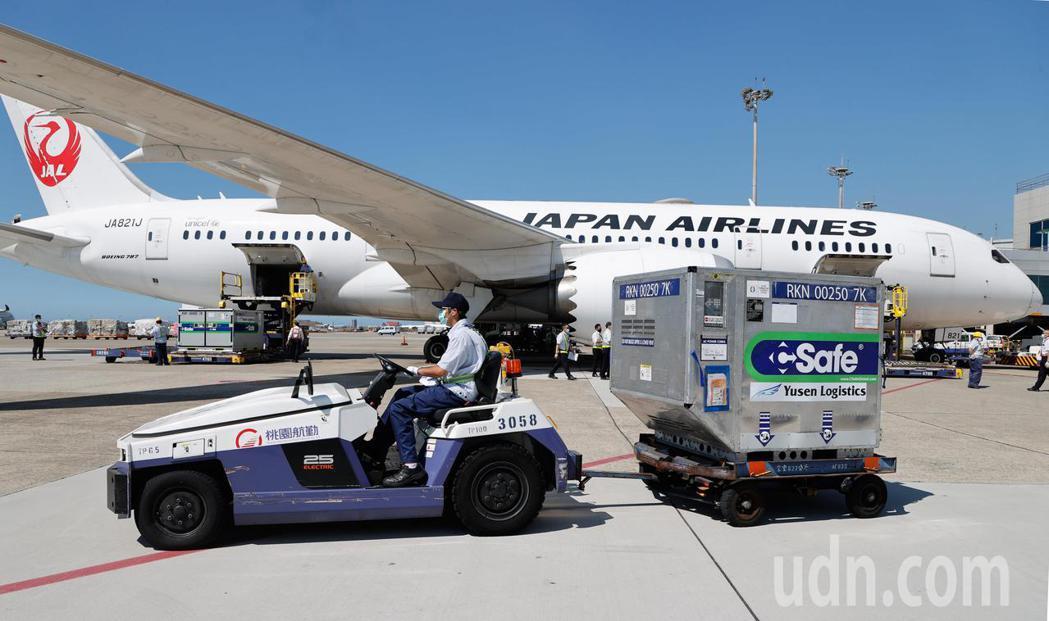 圖為七月初日本提供給台灣的第二批113萬劑AZ疫苗由日本航空公司運抵桃園國際機場...