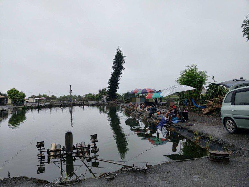 部分業者認為,戶外釣魚池或海釣場只要做好安全防疫措施,建議可以開放釣魚。  圖/警方提供