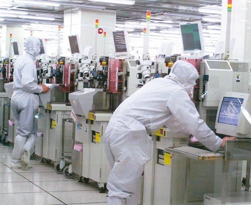 製造業中的半導體,薪資中位數接近200萬元,是特例或極端值,整體製造業的平均薪資僅為64.5萬元。圖為半導體生產線。圖/聯合報系資料照片