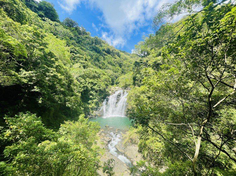 屏東縣獅子鄉境的雙流國家森林遊樂區,是登山、健行享受「森林浴」的好地方,因整建瀑布步道平台,年底前入園半票50元優惠。圖/屏東林管處提供