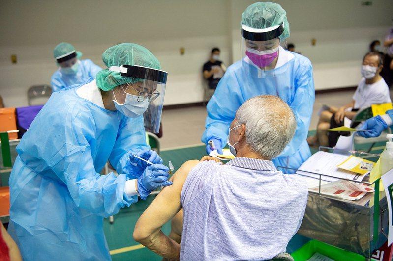嘉義市2處大型接種站任務告段落,未來配合中央疫苗預約平台,全市有51處接種點,包括基層診所。圖為先前北興國中活動中心接種站。圖/嘉義政府提供