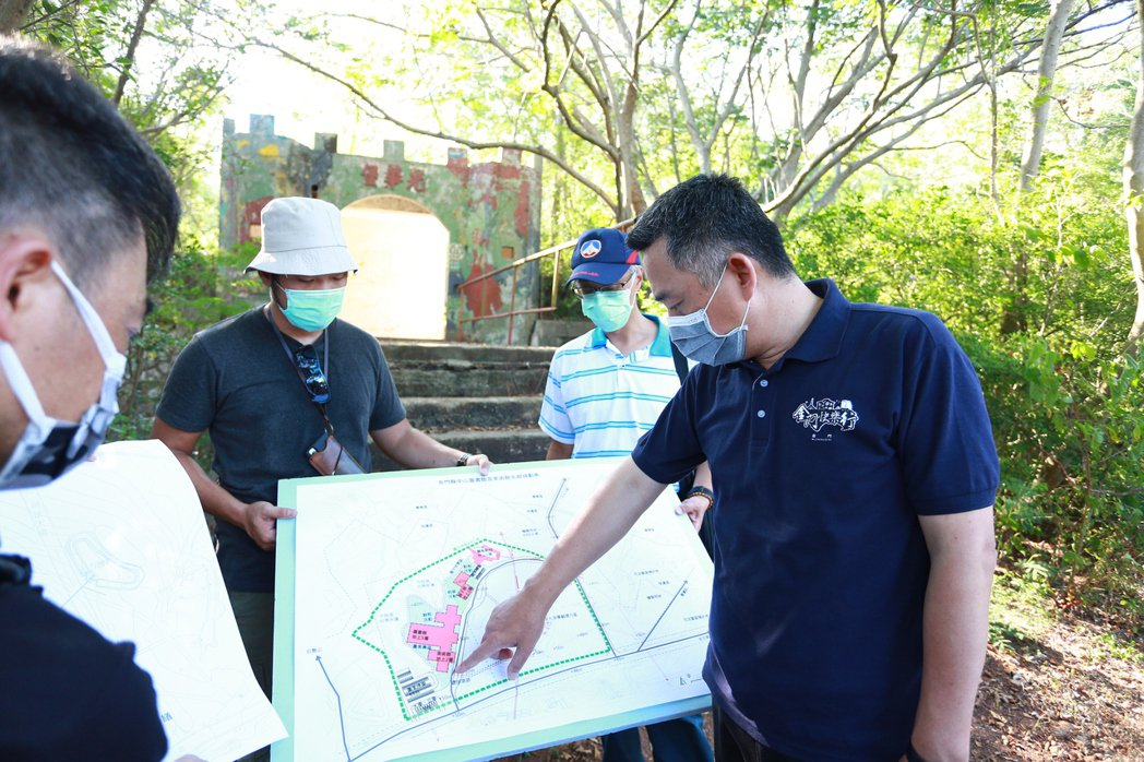金門縣長楊鎮浯昨會勘乳南二營區,了解目前規劃中的圖美兩館。圖/金門縣文化局提供