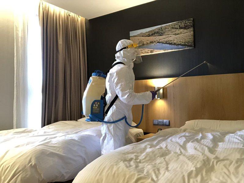 消毒人員在防疫旅館仔細清消。圖/新北市觀旅局提供