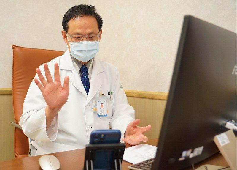 有些視訊看診可以讓醫師發現病友在門診沒有的反應和動作。圖/聯新國際醫院提供