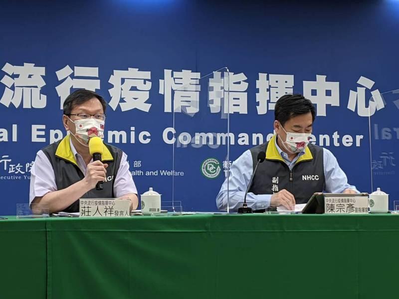 陳宗彥(右)表示,目前會根據疫苗抵台時程做規劃,目前未來4周將以施打AZ疫苗為主。記者謝承恩/攝影