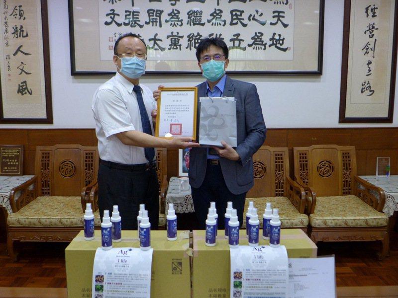 愛迪克科技捐台南應用科大「銀離子水抗菌劑」。圖/校方提供